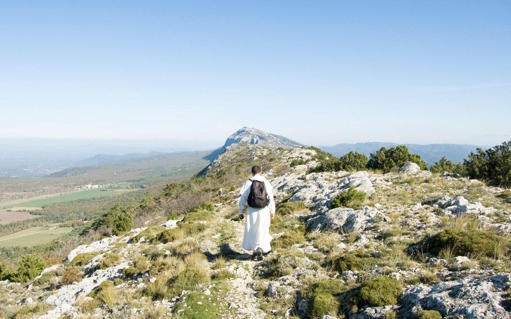 Frère dominicain marchant sur la montagne