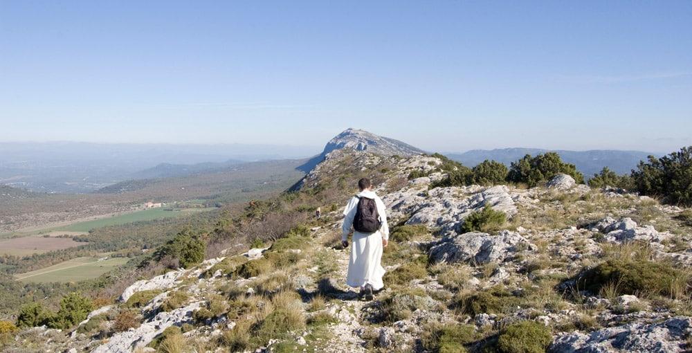 Dominicain marchant sur la montagne